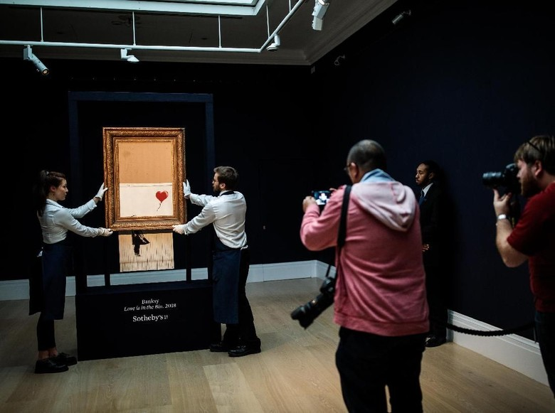 Salah satu karya fenomenal Banksy Love is in the Bin Foto: Getty Images