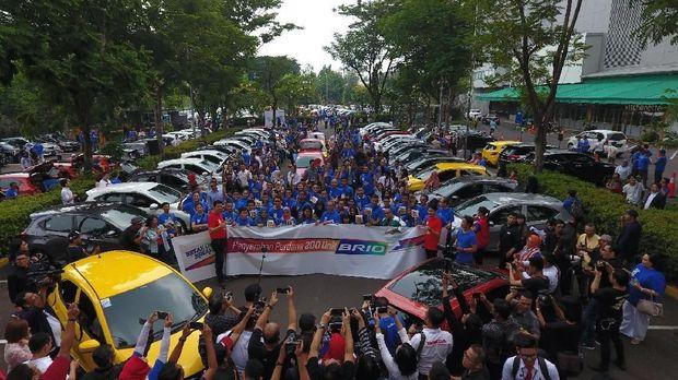 HPM serahkan 200 Brio kepada 200 konsumen pertama di Indonesia.