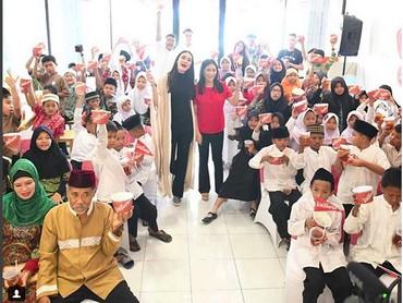 Luna Mayasaat bersama anak-anak yatim piatu. Wah anak-anak senang banget ya dengan kehadiran Luna. (Foto: Instagram @lunamaya)
