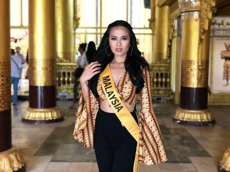 Inilah Debra Jeanne Poh, Miss Grand Malaysia 2018 yang menuai kontroversi gara-gara memakai batik di ajang Miss Grand International yang digelar di Myanmar. Seperti kita tahu, Batik merupakan warisan budaya milik Indonesia dan sudah diakui UNESCO. (Instagram/@debrajeanne.poh)