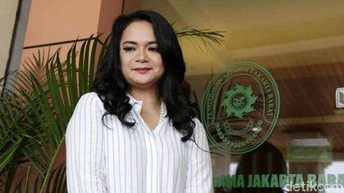 Shezy Idris saat sidang cerai pertamanya di Pengadilan Agama Jakarta Barat.