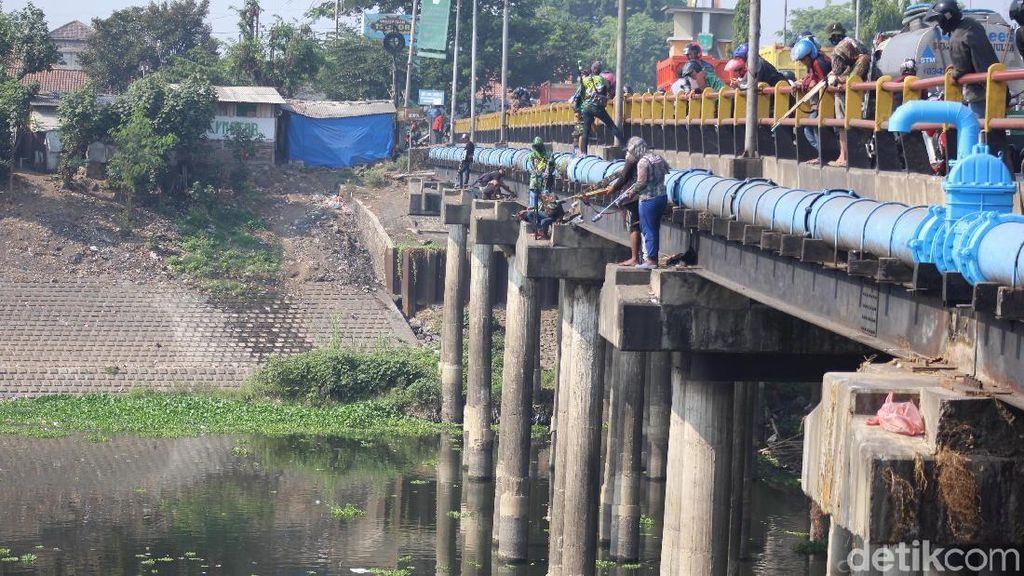 Potret Sniper Ikan di Pinggir Jembatan Porong Lama Sidoarjo