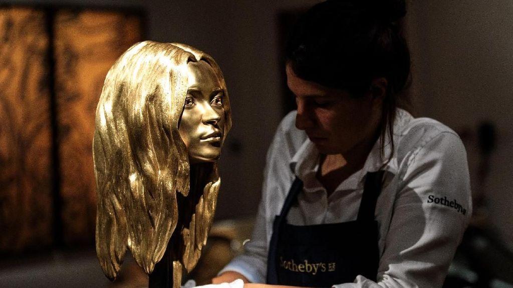 Tertarik Beli? Patung Emas Kate Moss Dilelang Rp 6 Miliar