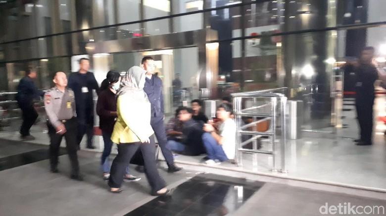 Ditangkap, Bupati Bekasi Tersangka Suap Meikarta Tiba di KPK