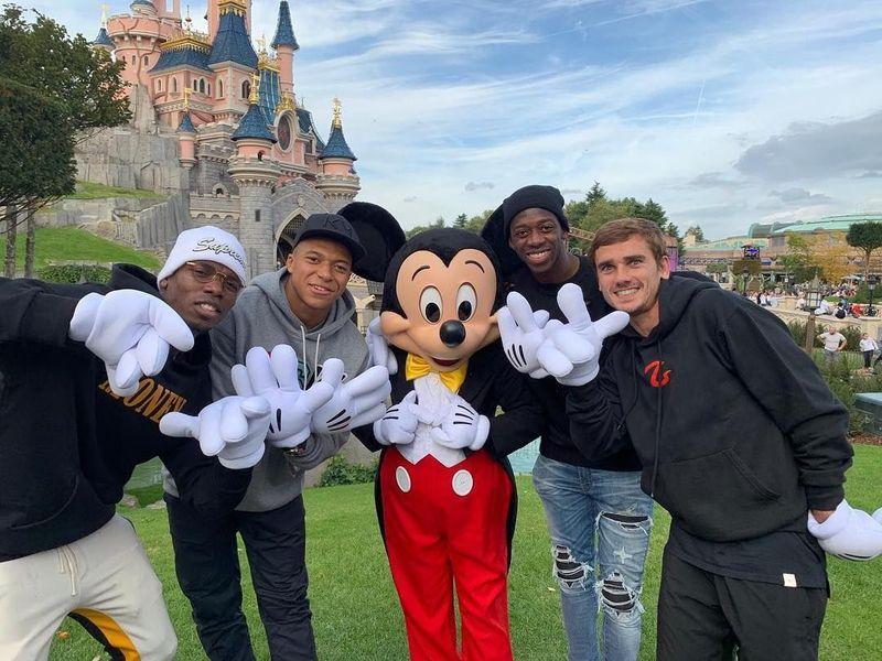 Mereka adalah Kylian Mbappe, Paul Labile Pogba, Antoine Griezmann, Ousmane Dembele. Para punggawa Prancis ini langsung bermain di Disneyland Paris seusai bertanding lawan Islandia (k.mbappe/Instagram)