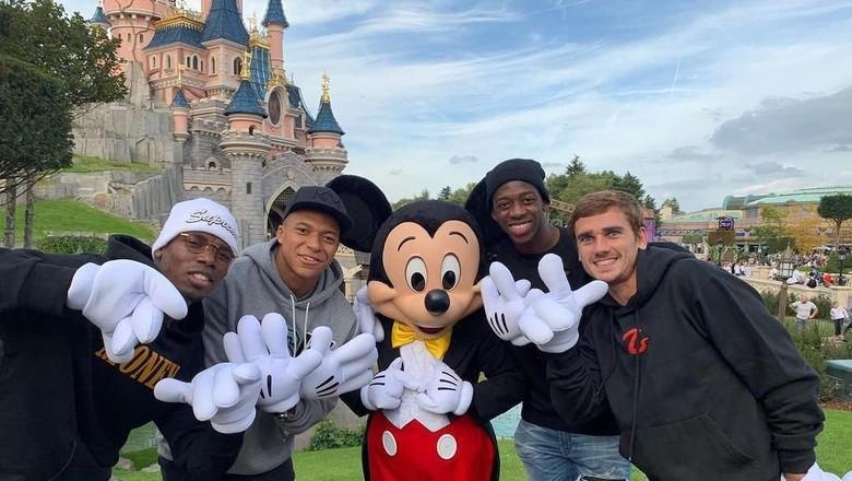 Mbappe dkk di Disneyland Paris (k.mbappe/Instagram)