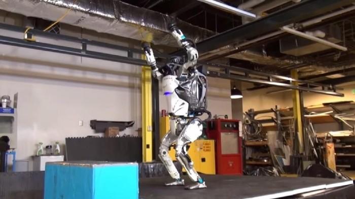 Robot ini patut mengangkat tangannya tanda gembira, lantaran dirinya bisa melakukan berbagai gerakan sulit, dari parkour hingga backflip. Foto: YouTube/BostonDynamics