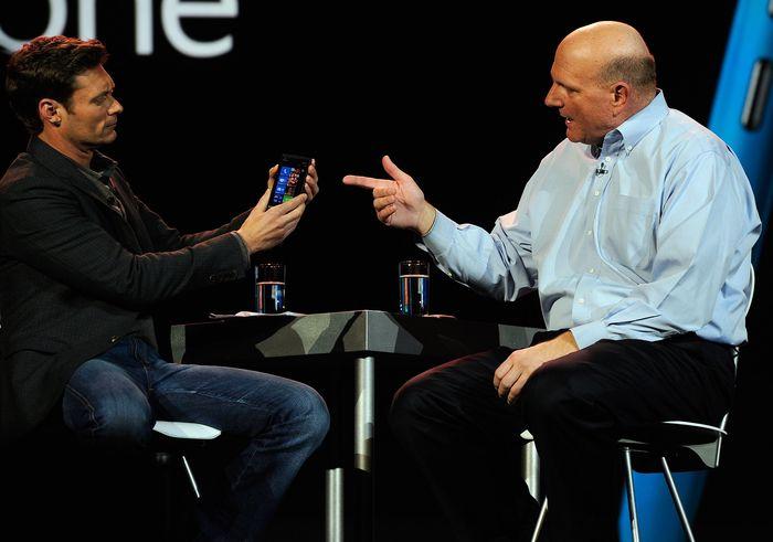 Lama berjaya memakai sistem operasi Symbian, Nokia mulai merasa terancam dengan kedatangan ponsel Android yang dipakai berbagai vendor. Karena beberapa faktor, Nokia tidak mau memakai Android tapi Windows Phone. Ini saat Steve Ballmer, CEO Microsoft saat itu, ikut meluncurkan Windows Phone Nokia. Foto: Getty Images