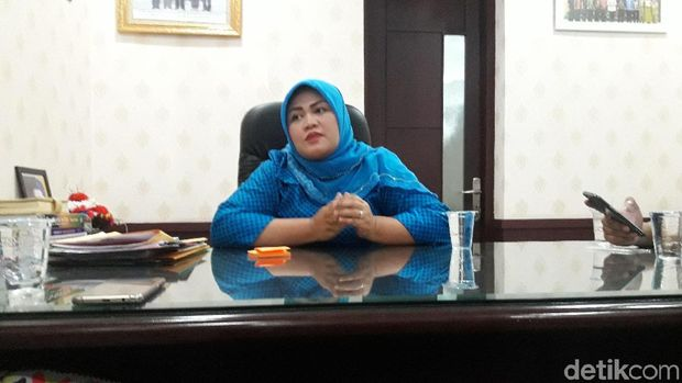 Bupati Bekasi Neneng saat diwawancarai soal OTT KPK pada Senin (15/10) sore. Neneng akhirnya diciduk KPK dan ditetapkan sebagai tersangka suap Meikarta