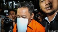 Ali Murtopo malu-malu saat ditanya awak media. Bahkan ia menutup wajahnya dengan sebuah kertas.