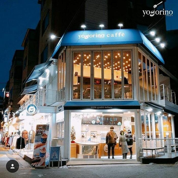 Dua tahun lalu, Zico Block B membuka restoran es krim di wilayah Hongdae, Seoul. Dari luar, restoran ini menempati bangunan berdinding kaca yang modern. Foto: Facebook Yogorino Korea