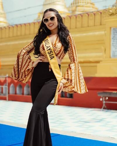 Miss Grand Malaysia 2018 Debra Jeanne Poh memakai atasan batik parang. Foto: dok. Instagram (@debrajeanna.poh)