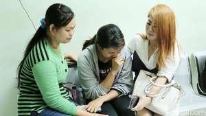 Tangis Asisten Roro Jelang Pemberangkatan Jenazah Ibunda Roro Fitria