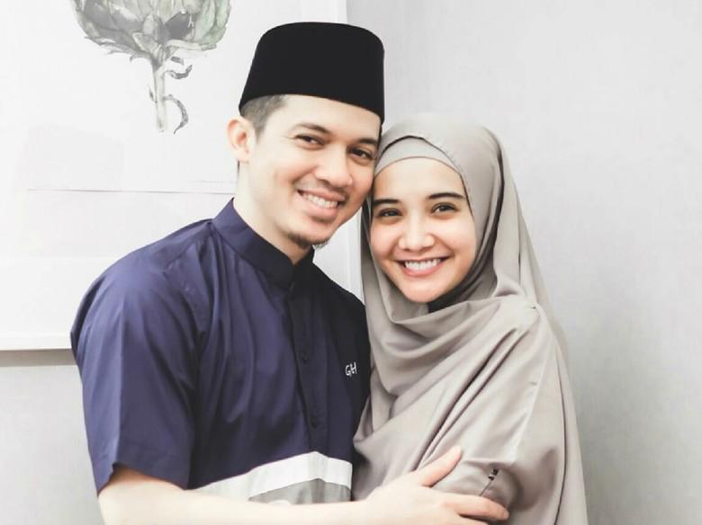 Irwansyah Ketahuan Elus Perut Zaskia Sungkar, Hamil?