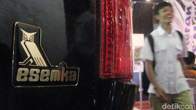 Logo Esemka terlihat di belakang mobil Esemka Digdaya. Foto: dok detikcom