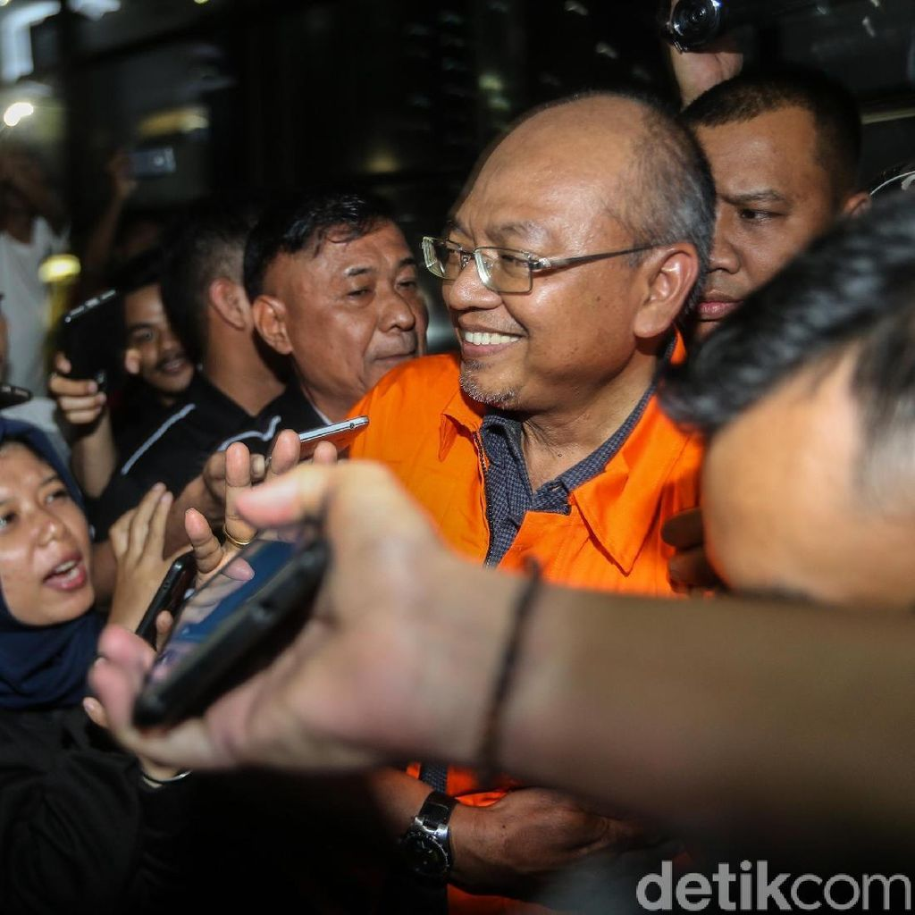 Video: Ditahan KPK, Bupati Malang Rendra Kresna Umbar Senyum