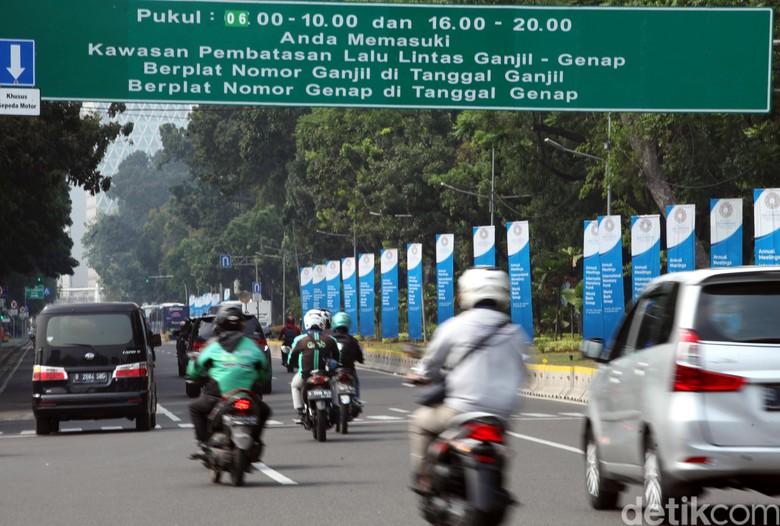 Pemprov DKI Jakarta tetap melanjutkan kebijakan ganjil genap usai Asian Para Games 2018. Kebijakan itu akan diperpanjang hingga akhir tahun 2018.