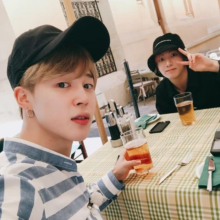 Pemilik nama lengkap Park Jimin ini sedang santai di restoran bersama Jungkook. Mereka menikmati segelas minuman berwarna cokelat bening. Kira-kira apa ya? Foto: Instagram bts_jimin
