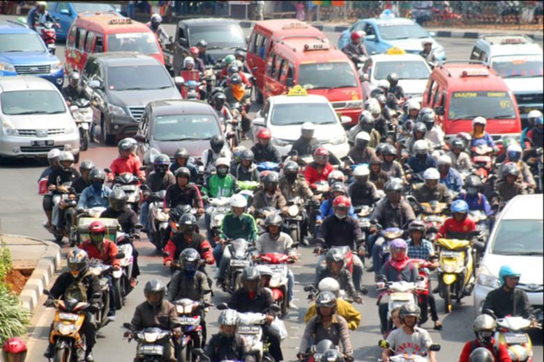 Kumpulan sepeda motor menyesaki jalanan. Foto: detik
