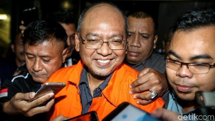 Setelah menjalani pemeriksaan, Bupati Malang Rendra Kresna ditahan KPK. Rendra, tersangka kasus suap dan gratifikasi, ditahan di rutan Polres Jaksel.