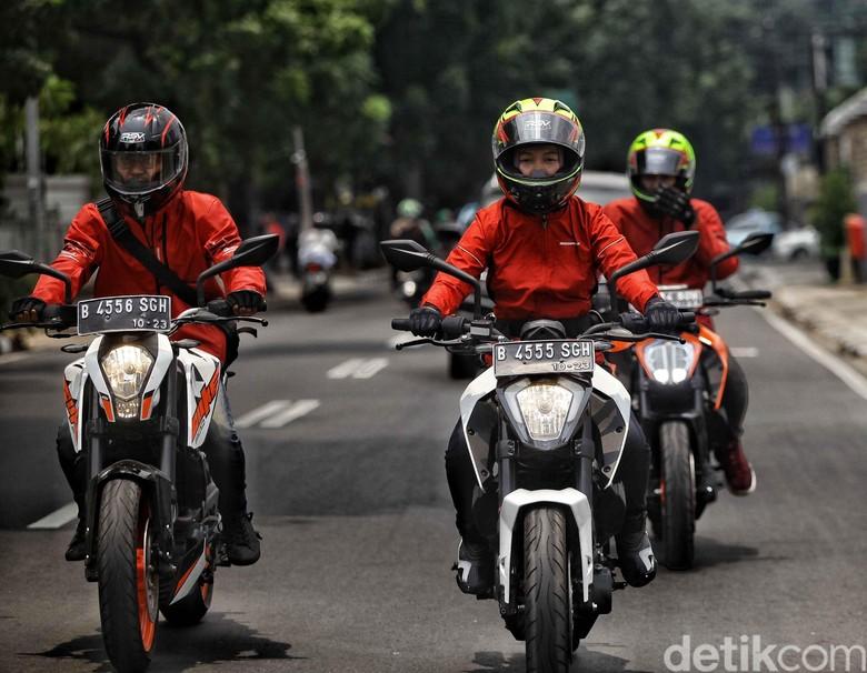 Tiga Pemuda-pemudi KTM Road Warriors Jelajah Museum dari Jakarta sampai Surabaya pakai motor KTM. Foto: Pradita Utama