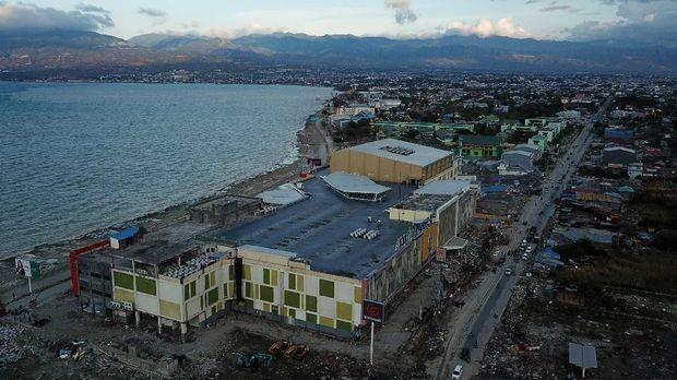 kawasan perbelanjaan dan pertokoan yang rusak akibat tsunami pascagempa di Palu, Sulawesi Tengah, Senin (8/10).