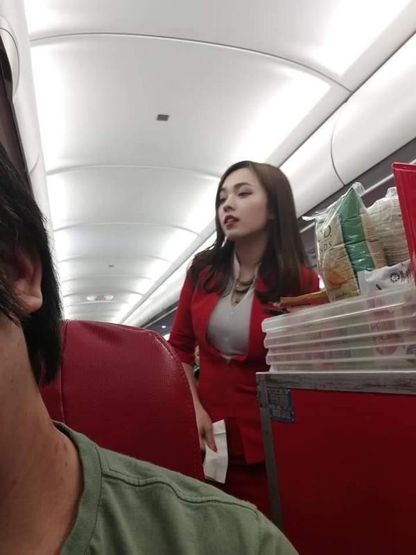 Awal mula Mabel Goo viral yaitu lewat foto candid yang diambil salah seorang penumpang bernama George Wong. Lewat Facebook, George membagikan aksi Mabel saat sedang bertugas. Tak disangka, banyak traveler yang terpikat kecantikan Mabel. (Facebook)