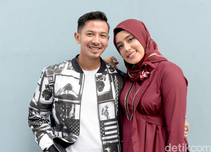 Fairuz A Rafiq dan suaminya Sony Septian. Foto: Noel/detikFoto