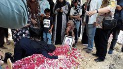 Roro Fitria Bawa Bunga dan Tanah Pemakaman Ibunya ke Jakarta