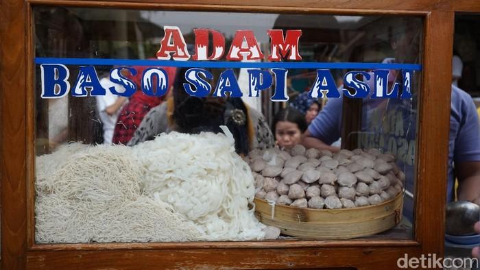 Bakso Adam ini ada di kawasan Jalan Pancoran, Tamansari, Glodok Jakarta Barat. Adanya di pinggir jalan, pun penjualnya hanya berupa bakso gerobakan. Foto: Devi S. Lestari / detikFood
