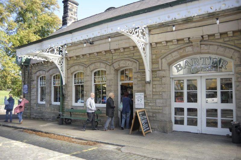 Toko buku bekas ini yang terletak di dalam Stasiun Alnwick, Inggris. Lokasinya dapat dicapai dengan berkendara dari Manchester sekitar 3 jam 15 menit (Visit Alnwick)