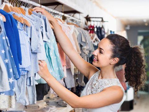 Ilustrasi tips belanja baju anak.