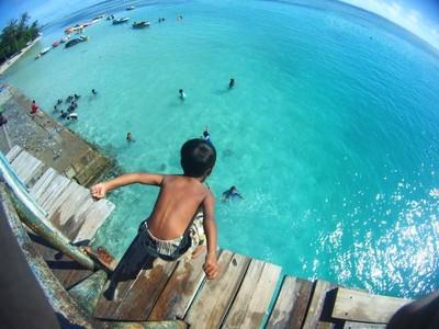 Lompat dari Jembatan Cinta, Cara Nikmati Laut Pulau Tidung