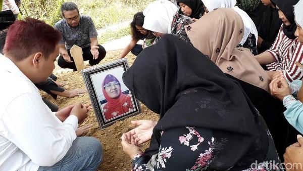 Roro Fitria Tak Sempat Hadiri Prosesi Pemakaman Ibunda