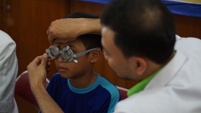 Komunitas Lions Club sebut 30 persen tingkat anak SD di Jakarta memiliki gangguan mata minus. Pemeriksaan gratis merupakan salah satu gerakan untuk menyelamatkan generasi muda masa kini.