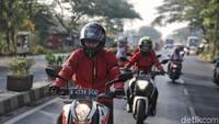 Tepat pukul 09.00 WIB, tim akhirnya meninggalkan markas detikcom untuk menjelajah beberapa tempat bersejarah di Jakarta di hari pertama. Menggunakan perlengkapan bermotor seperti helm full face dari RSV, titik pertama yang dituju adalah Museum Joeang di Menteng, Jakarta. Foto: Pradita Utama