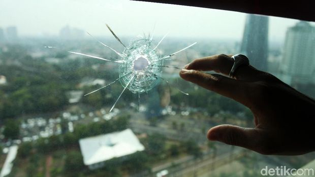 Kaca jendela ruang kerja anggota DPR Wenny Warouw di lantai 16 bolong terkena peluru nyasar.