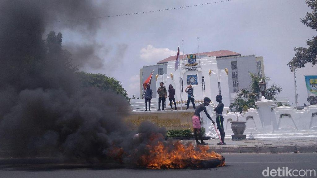 Protes Trotoar, Mahasiswa Cirebon Demo Bakar Ban di Balai Kota
