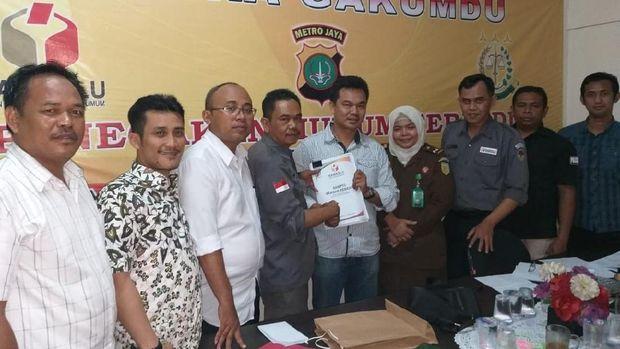 Panwaslu menemukan dugaan pelanggaran kampanye Caleg DPRD DKI Jakarta dari Partai Gerindra, Moh. Arief yang dilakukan di lingkungan SMPN 127 Jakarta Barat. /