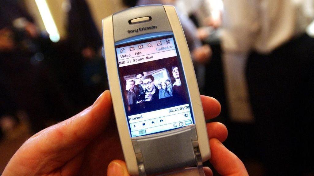 Sony Ericsson T681, dalam foto tertanggal 5 Maret 2002 ini, merupakan salah satu ponsel jadul yang punya kemampuan kamera mumpuni pada eranya. (Foto: Spencer Platt/Getty Images)