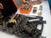 Pistol dan peluru yang dipegang tersangka.