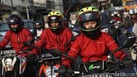 Padatnya jalanan serta sinar matahari yang mulai menyengat tak mampu memudarkan semangat tim mulai yang duduk di atas jok sepeda motor. Foto: Pradita Utama