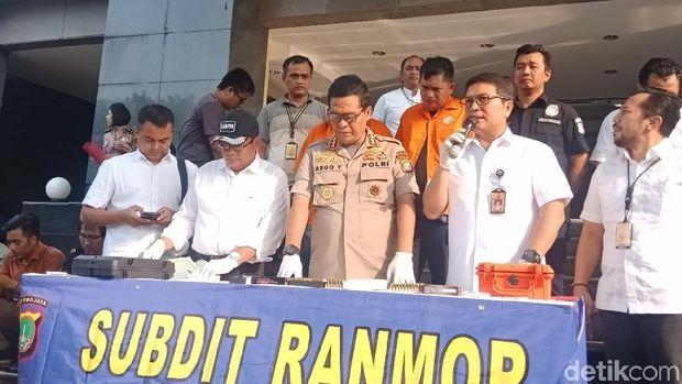 Penyidik Direktorat Kriminal Umum (Ditkrimum) Polda Metro Jaya menetapkan dua orang berinisal IAW dan RMY sebagai tersangka