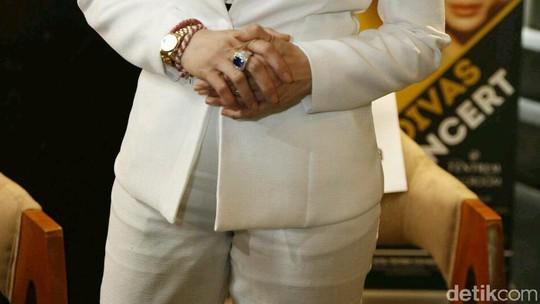 Penampilan Serba Putih Reza Artamevia