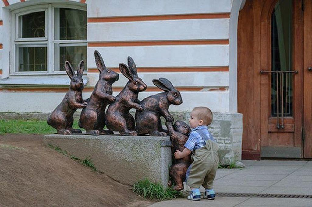 Bikin gemas! Bayi ini seolah ingin mengangkat kelinci yang terjatuh. (Foto: Brightside)