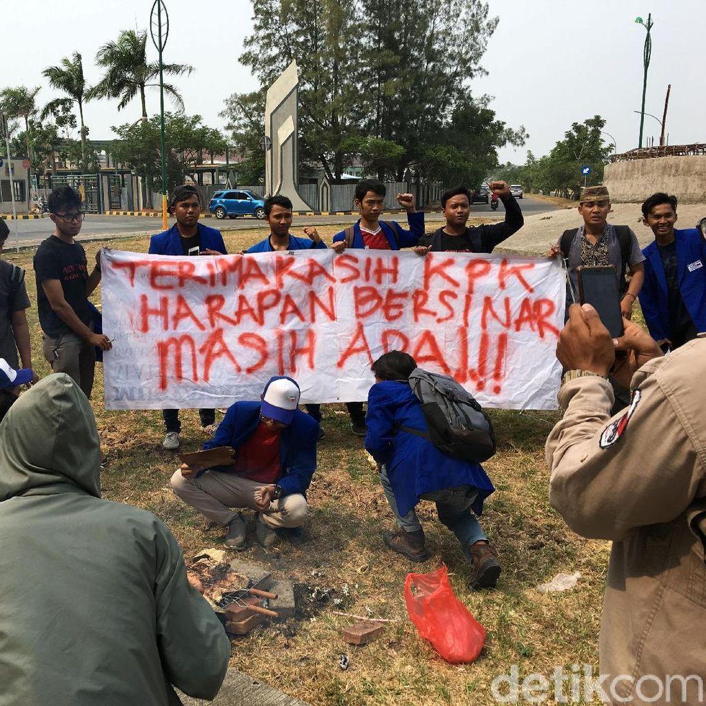 Bupati Bekasi Tersangka KPK, Mahasiswa Bakar Ikan