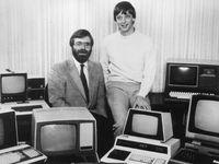 Salah satu foto paling ikonik dari Paul Allen (kiri) dan Bill Gates, duo pendiri Microsoft.