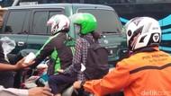 Kecewa Jokowi Masih Impor, Petani Bagi-bagi Gula di Monas