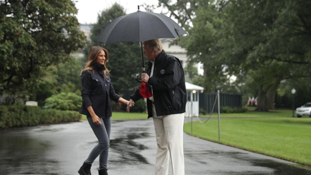 Viral, Video Donald Trump Pakai Payung Sendirian saat Istri Kehujanan