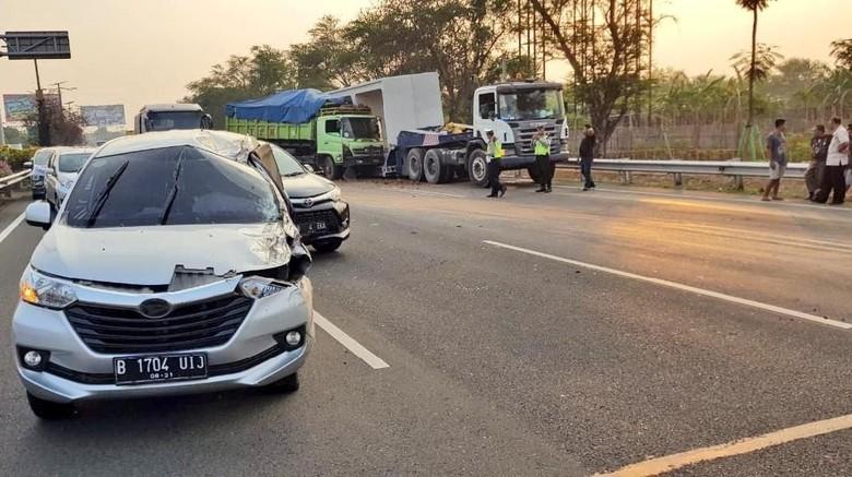 Tabrakan Truk Muatan Tanah vs Mobil di Tol Cengkareng, Lalin Macet
